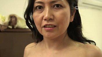 जापानी परिपक्व अज़ुसा मायुमी कामुक रूप से लेता है
