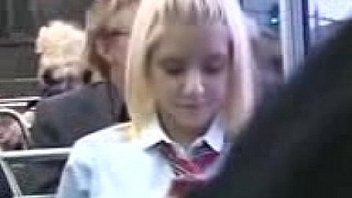 सुनहरे बालों वाली लड़की ने बस में एशियाई मुर्गा चूसा