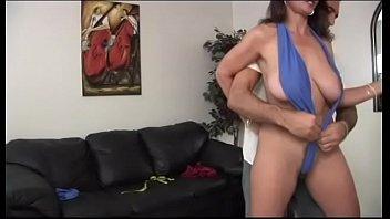 बड़े स्तन के साथ एमआईएलए विभिन्न को प्यार करता है