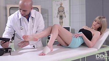 क्लिनिक फुट बकवास डॉक्टर को उड़ा देता है