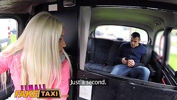 महिला नकली टैक्सी पर्यटक क्रीम और हो जाता है